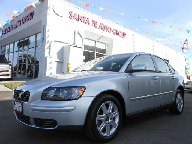 2006 VOLVO S40 24I silver there are no defects present on this vehicle  there are no noticeable