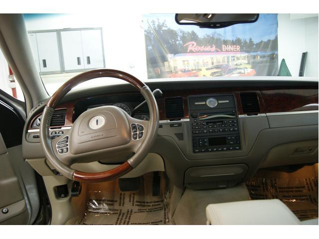 Image 2 of 2003 Lincoln Town Car…