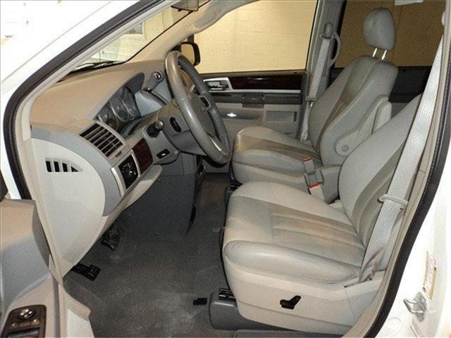 Image 2 of 2009 Chrysler Town &…