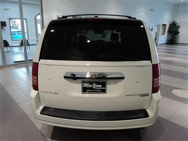 Image 18 of 2009 Chrysler Town &…